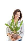 Muchacha o mujer casual joven con el cactus en maceta Imagenes de archivo