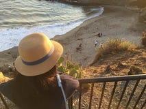 Muchacha observando el océano en Laguna Beach foto de archivo