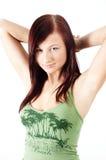 Muchacha ocasional con los brazos detrás de su cabeza Fotografía de archivo libre de regalías