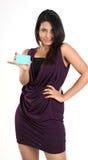 Muchacha ocasional hermosa que sostiene un de la tarjeta de crédito Fotos de archivo