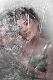 Muchacha ocultada detrás de modelos translúcidos Imagen de archivo