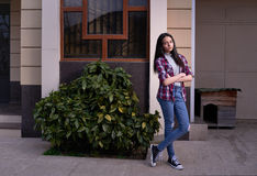 Muchacha ofendida fuera de su casa Fotos de archivo libres de regalías