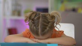 Muchacha ofendida que llora en la tabla, la falta de ayuda parental y el cuidado, soledad almacen de metraje de vídeo