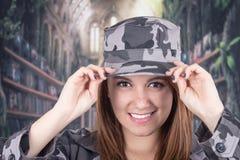 Muchacha orgullosa bastante confiada en uniforme militar Imagenes de archivo