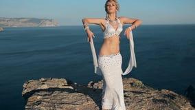 Muchacha oriental preciosa del bailarín que realiza una danza encendido almacen de metraje de vídeo