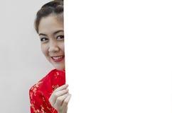 Muchacha oriental que le desea un Año Nuevo chino feliz Foto de archivo libre de regalías