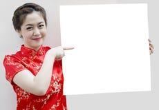 Muchacha oriental que le desea un Año Nuevo chino feliz Imagen de archivo libre de regalías