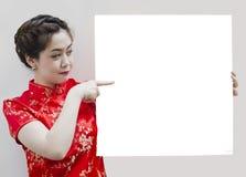 Muchacha oriental que le desea una Feliz Año Nuevo Foto de archivo libre de regalías