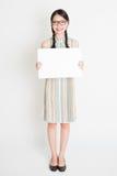 Muchacha oriental que sostiene la tarjeta del Libro Blanco Fotografía de archivo libre de regalías