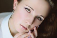 muchacha Oscuro-cabelluda con los ojos hermosos Foto de archivo libre de regalías