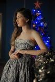 Muchacha oscuro-cabelluda hermosa que hace una pausa la chimenea Fotos de archivo libres de regalías