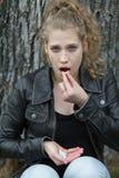 Muchacha overdosing píldoras Foto de archivo