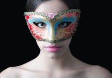 Muchacha pálida hermosa con la máscara del baile de disfraces en su cara Imagen de archivo