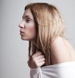 Muchacha pálida mitad-vestida soñolienta preocupante en blanco Fotos de archivo libres de regalías