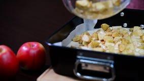 Muchacha para cocinar el pastel de queso de la manzana Barras del pastel de queso de Apple de caramelo metrajes