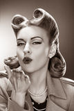 Muchacha pasada de moda Pin-para arriba que sopla un beso. Estilo retro Fotos de archivo libres de regalías