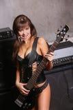 Muchacha pechugona con la guitarra Fotos de archivo libres de regalías