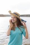 Muchacha pecosa en cáscara sonriente y que escucha del sombrero Foto de archivo libre de regalías