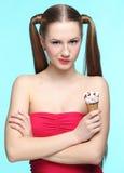 Mujer joven con helado Fotos de archivo libres de regalías