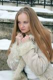 Muchacha pecosa rubia en abrigo de pieles Imágenes de archivo libres de regalías