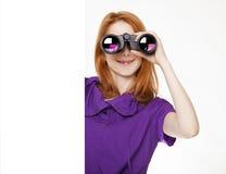 Muchacha pelirroja adolescente con los prismáticos Imagen de archivo