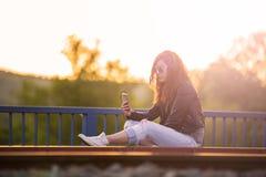 Muchacha pelirroja con el teléfono Fotos de archivo libres de regalías