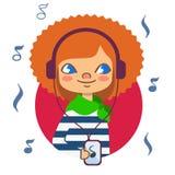 Muchacha pelirroja con los auriculares que escucha la música Imagen de archivo
