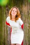 Muchacha pelirroja en el vestido blanco foto de archivo