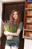 Muchacha pelirroja en jardín del verano fotos de archivo