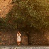 Muchacha pelirroja en la calle Fotografía de archivo libre de regalías