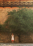 Muchacha pelirroja en la calle Foto de archivo