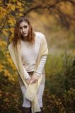 Muchacha pelirroja en ropa brillante en un fondo del bosque del oto?o foto de archivo libre de regalías
