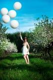 Muchacha pelirroja en un jardín floreciente de la manzana fotos de archivo
