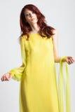 Muchacha pelirroja en vestido amarillo elegante largo Fotos de archivo libres de regalías