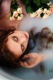 muchacha pelirroja hermosa con hermoso Belleza natural, color natural del pelo Jengibre, en un baño de la leche Fotos de archivo libres de regalías
