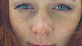 Muchacha pelirroja hermosa con las pecas y los ojos verdes extremos cerca para arriba, lento metrajes