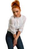 Muchacha pelirroja hermosa en una blusa blanca fotos de archivo libres de regalías