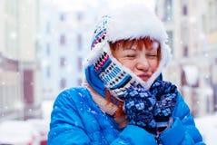 Muchacha pelirroja joven en la nieve La muchacha Hamming para la primera nieve Fotos de archivo libres de regalías