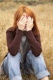 Muchacha pelirroja triste sola en el campo Fotos de archivo