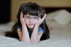 Muchacha pensativa agradable del niño con el pelo oscuro largo Imagenes de archivo