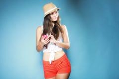 Muchacha pensativa con smartphone del teléfono móvil Foto de archivo libre de regalías
