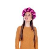 Muchacha pensativa del adolescente con las flores púrpuras en su cabeza Foto de archivo libre de regalías