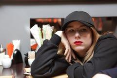 Muchacha pensativa del adolescente en café Foto de archivo libre de regalías