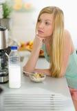 Muchacha pensativa del adolescente que desayuna Imagen de archivo libre de regalías