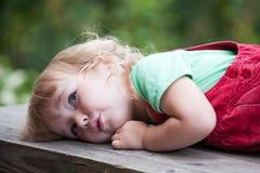 Muchacha pensativa del niño imagen de archivo libre de regalías