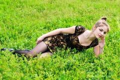 Muchacha pensativa en la hierba Fotos de archivo libres de regalías