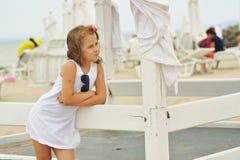 Muchacha pensativa en una playa del mar Imagen de archivo libre de regalías