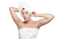 Muchacha pensativa hermosa en toalla después del baño. Idea. Foto de archivo libre de regalías