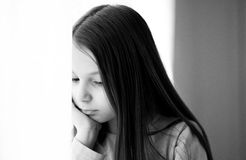 Muchacha pensativa joven imagen de archivo libre de regalías
