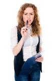 Muchacha pensativa joven con el cuaderno Aislado en un backgro blanco Imagen de archivo